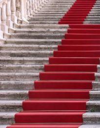 Nieruchomości na czerwonym dywanie.