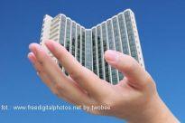 Wieżowce - nowoczesne drapacze chmur kontra bloki z wielkiej płyty