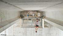 Nowoczesna kawalerka czy inspirujące studio pod ruchliwym mostem?