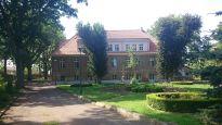 WGN sprzedaje hotel w neoklasycystycznym dworku