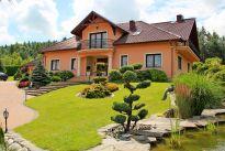 Urokliwy dom na wzgórzu.