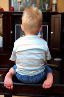 Długie oglądanie TV przez dzieci
