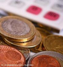 Polacy coraz częściej wolą płacić plastikiem