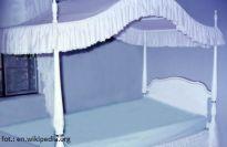 Bajkowe mieszkanie: sypialnia z baldachimem - jak urządzić romantyczne wnętrze?