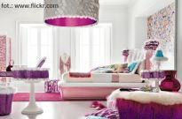 Urządzanie wnętrz: sypialnia z różowym akcentem